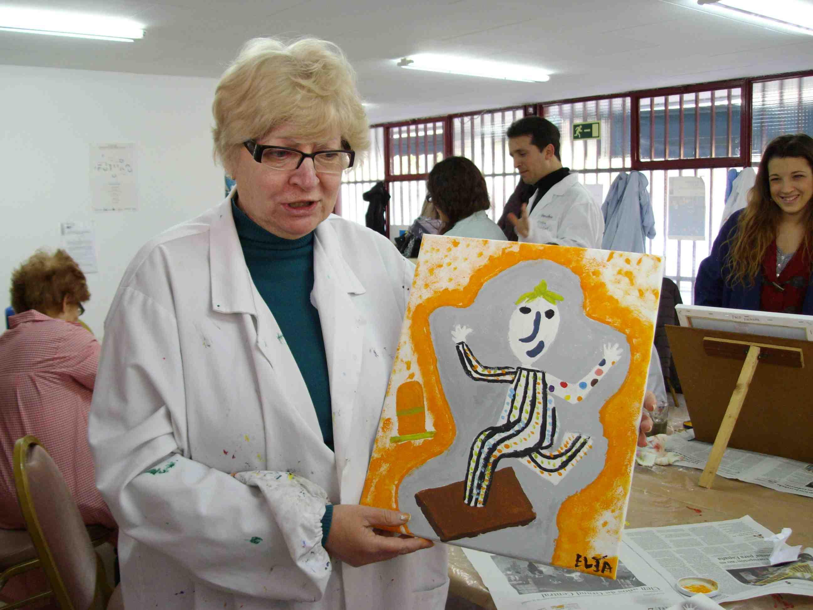 Una usuaria muestra su cuadro basado en una de las esculturas de Ripollés