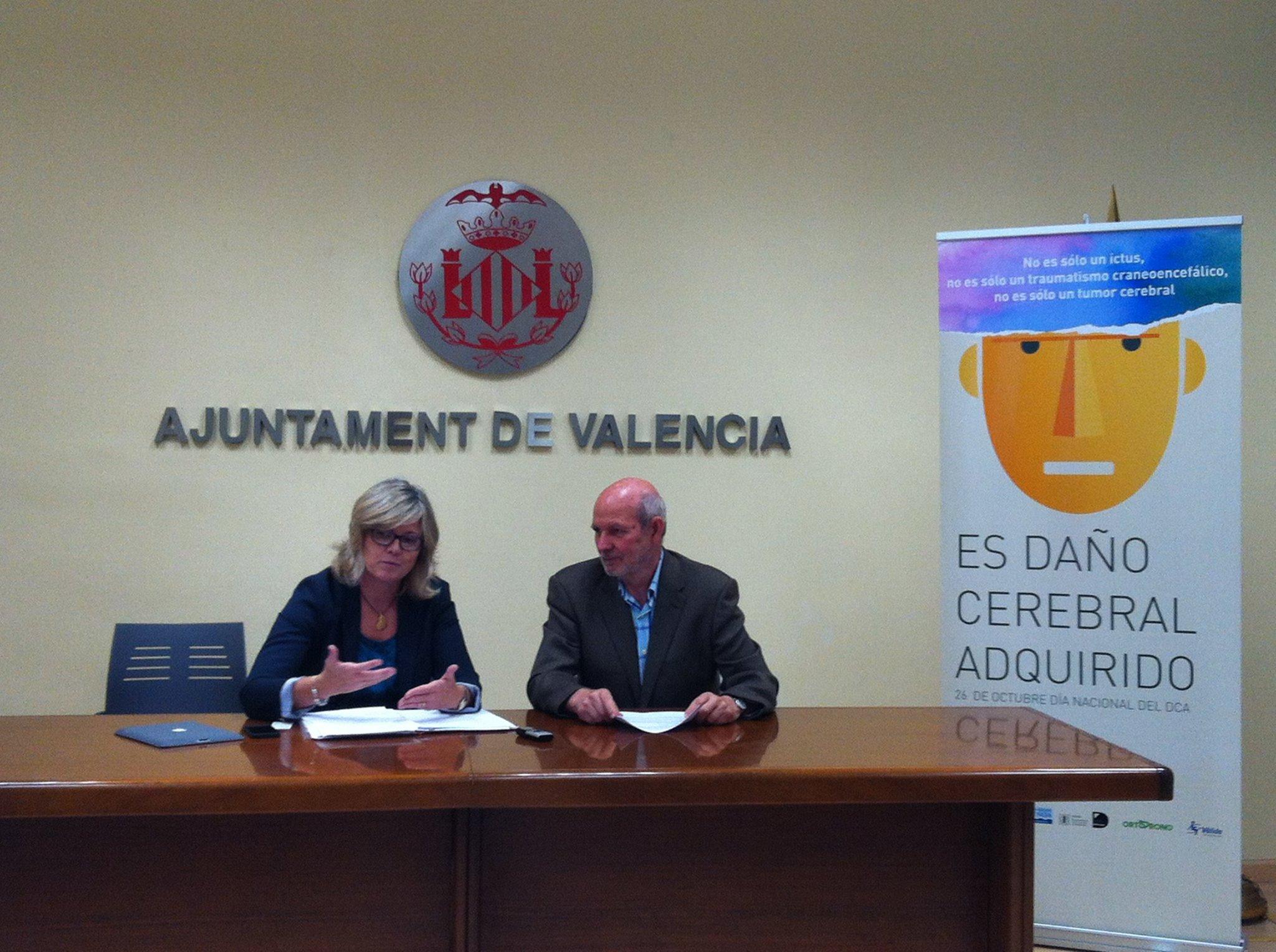 Ana Albert,  Concejala de Bienestar Social e Integración, y Pablo Álvarez, Presidente de Nueva Opción, durante la presentación del programa de actos.