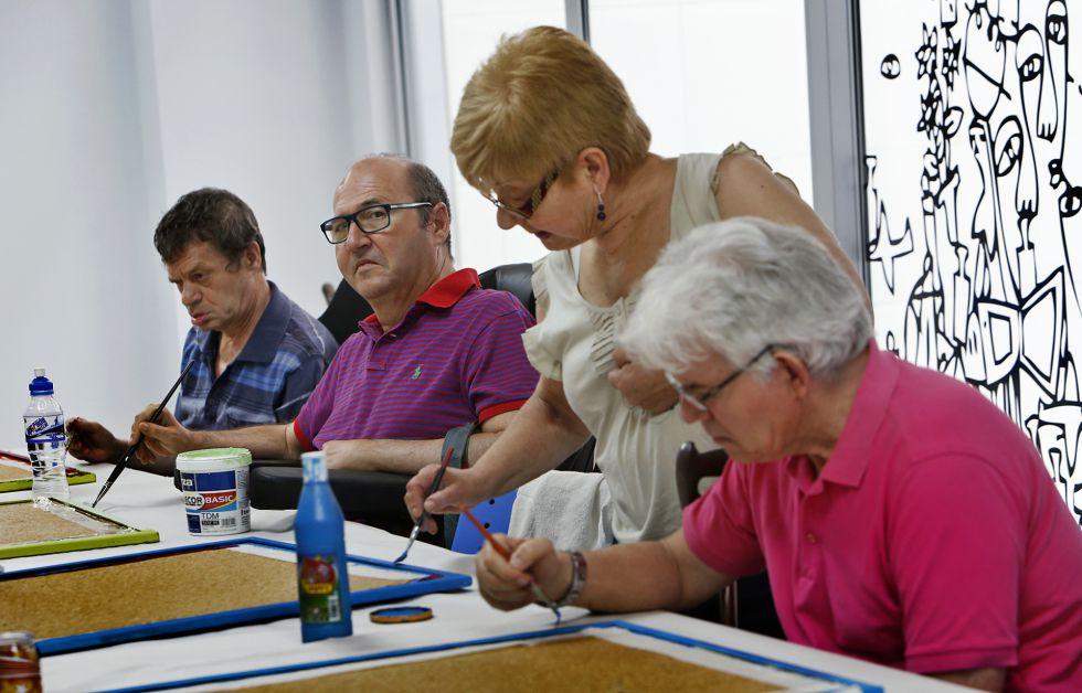 Usuarios del centro Nueva Opción, el único en Valencia de DCA. / Foto de Mònica Torres.