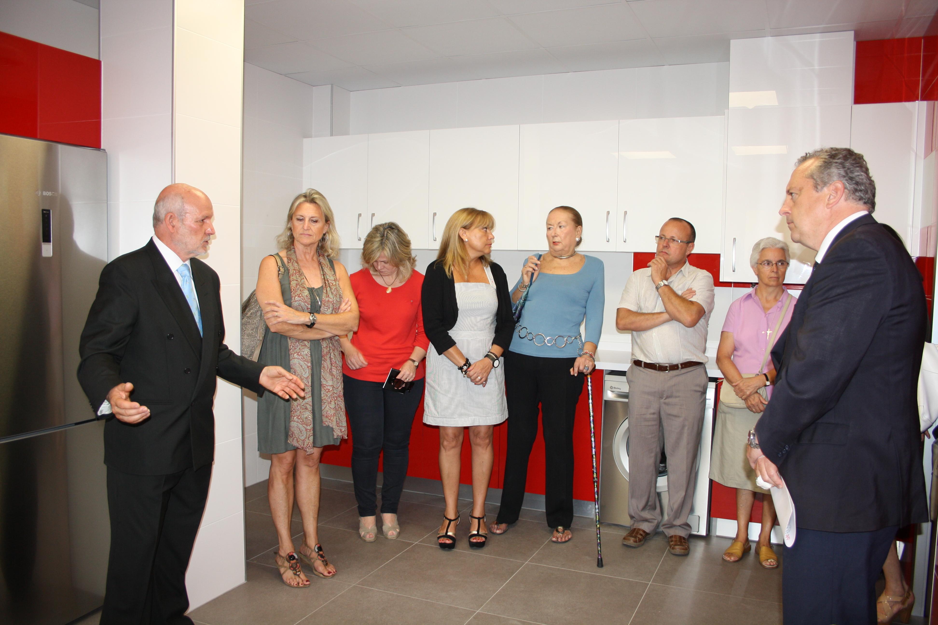 Pablo, nuestro presidente (a la izquierda), explica el funcionamiento de la cocina totalmente adaptada con la que cuenta el Centro de Atención Diurna