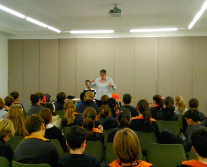 Pili da su charla a los alumnos del Colegio San José de Calasanz