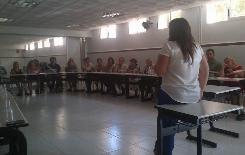 Noelia Alcaraz, psicóloga de Nueva Opción, dirigiendo el I Taller-encuentro familiar.